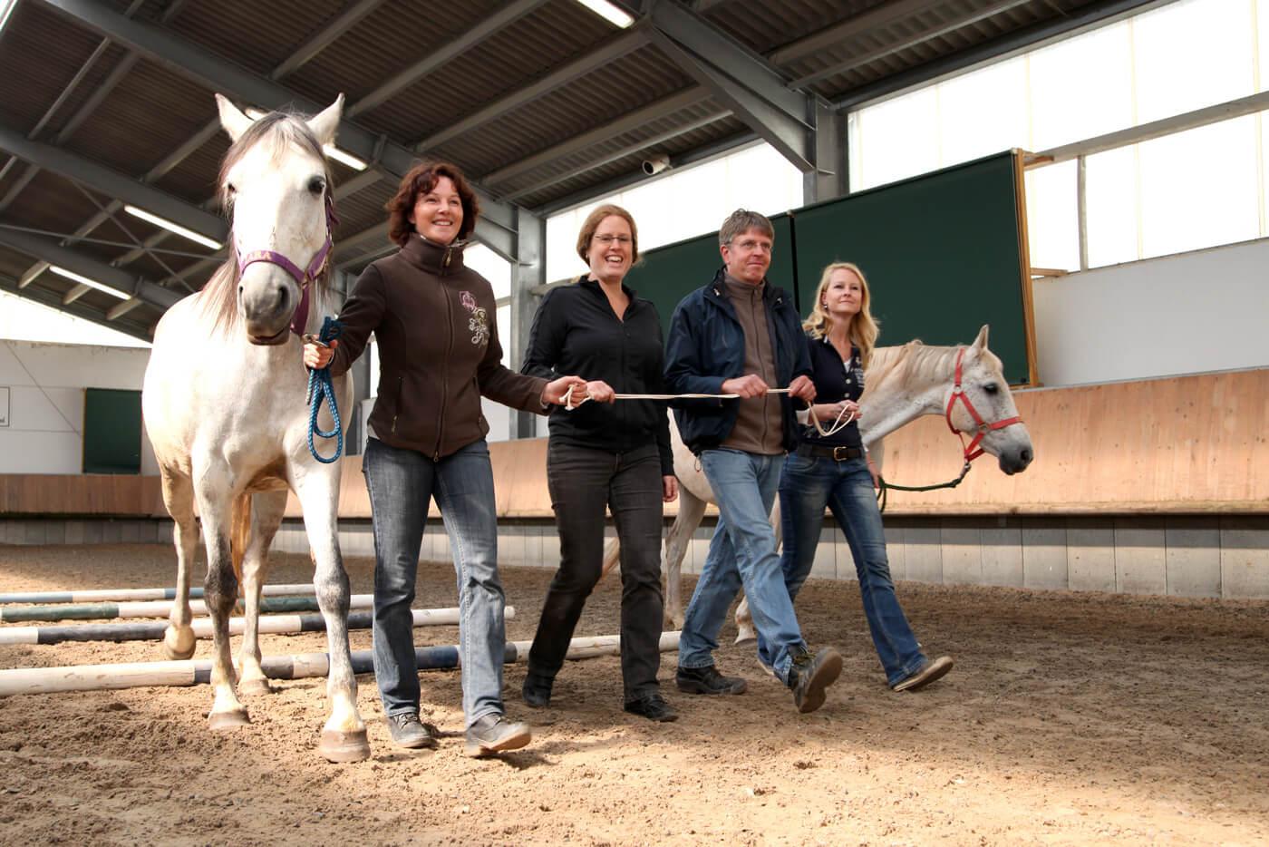 Cromme Coaching: Pferdecoaching – Die Pferde machen unbewusste Körpersprache sichtbar und zeigen Ihnen so Ihre Stärken in der zwischenmenschlichen Interaktion.